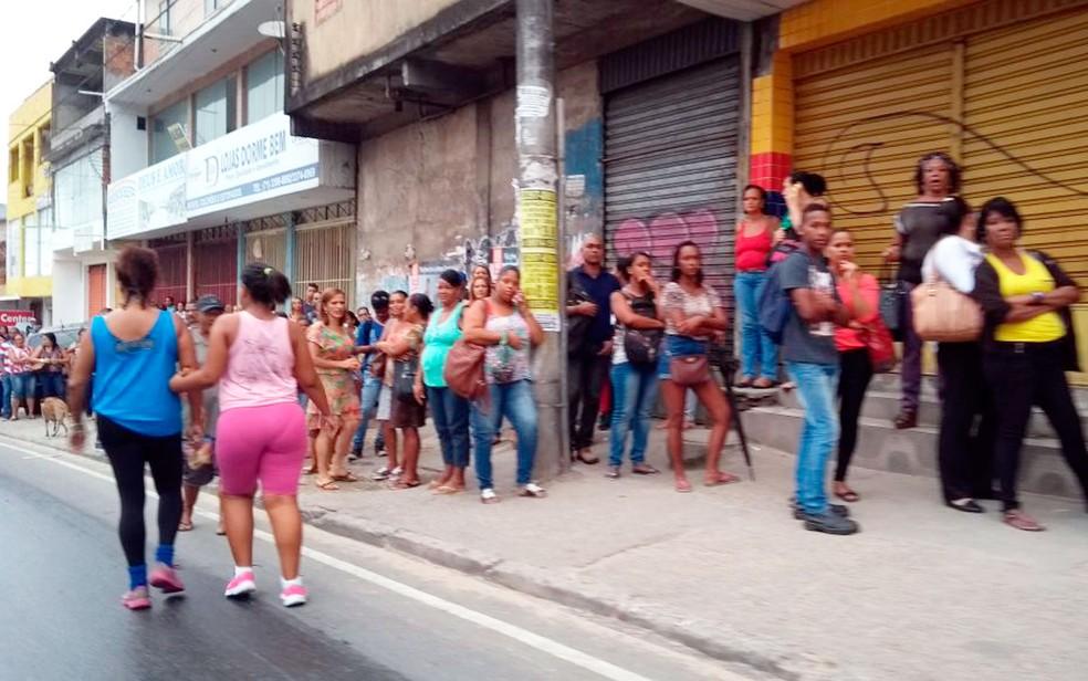 Ponto de ônibus no bairro de Plataforma está lotado na manhã desta terça-feira (Foto: Adriana Oliveira/TV Bahia)