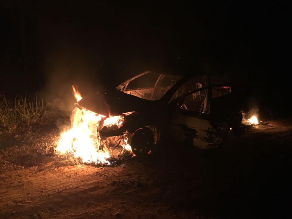 Motorista foi obrigado a queimar o próprio veículo  (Foto: PM/divulgação )