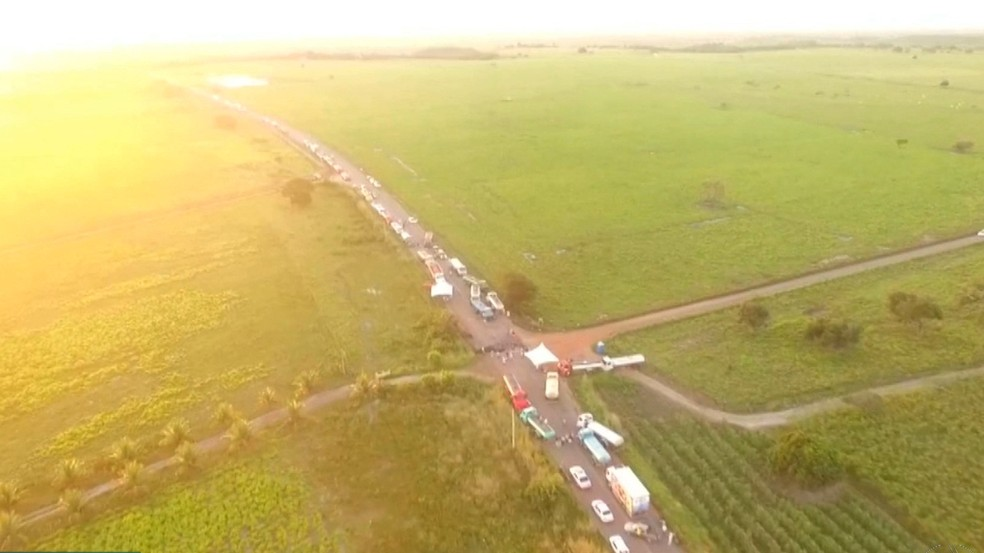 Paralisação atinge estrada entre o Brejo e Agreste da Paraíba (Foto: Reprodução/TV Paraíba)