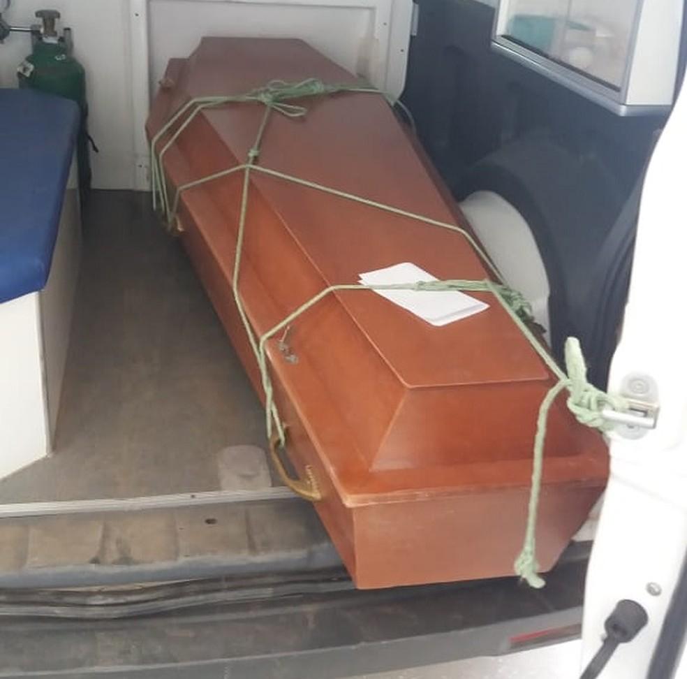 Prefeitura afirma que traslado de corpo foi feito em ambulância devido à falta de plano funerário — Foto: Arquivo pessoal