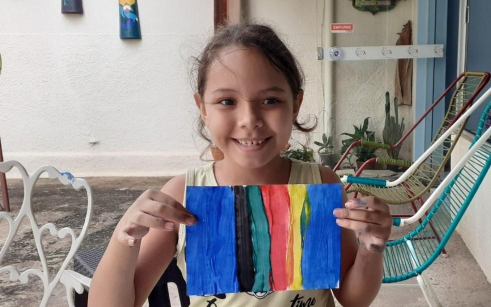 Menina de 7 anos vende desenhos feitos por ela por R$ 2 e doa toda a renda a associação de pessoas com HIV, em Goiânia  — Foto: Arquivo pessoal/Maria Suely de Sousa Marinho