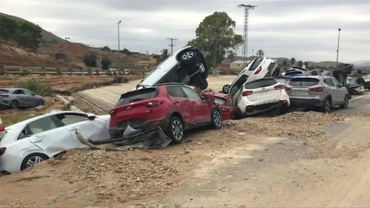 Na Espanha, inundações forçam a retirada de centenas de pessoas de suas casas