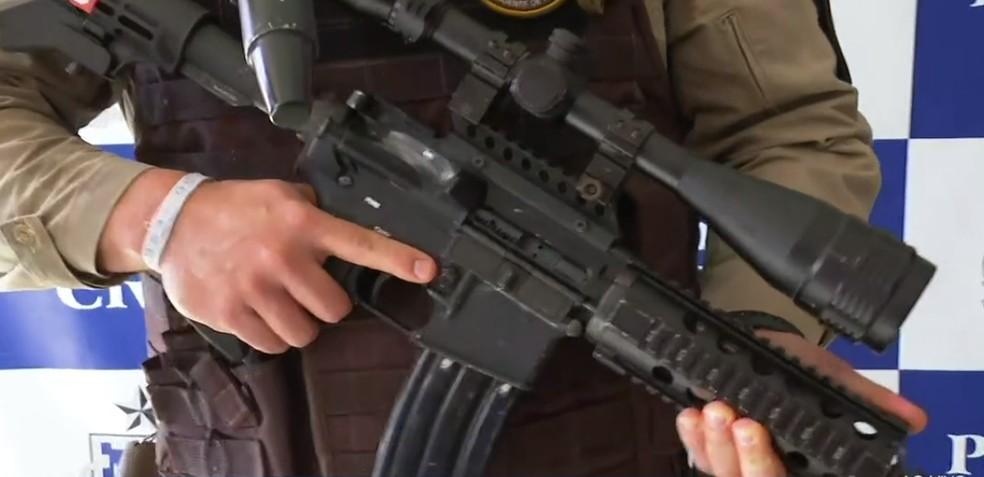 Suspeito de tráfico de drogas é preso com fuzil de mira telescópica na região metropolitana de Salvador — Foto: Reprodução/TV Bahia