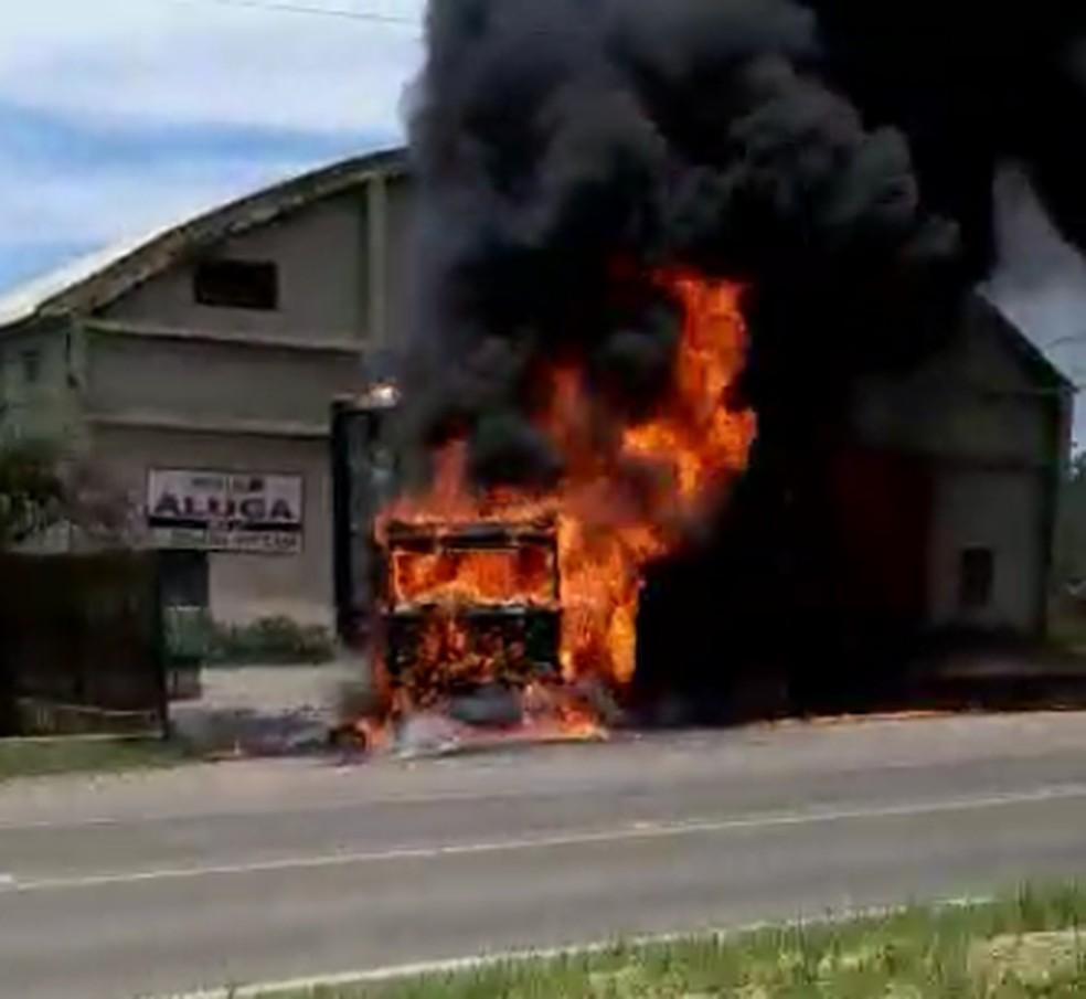 Caminhão foi consumido pelas chamas. Ninguém ficou ferido. — Foto: Reprodução