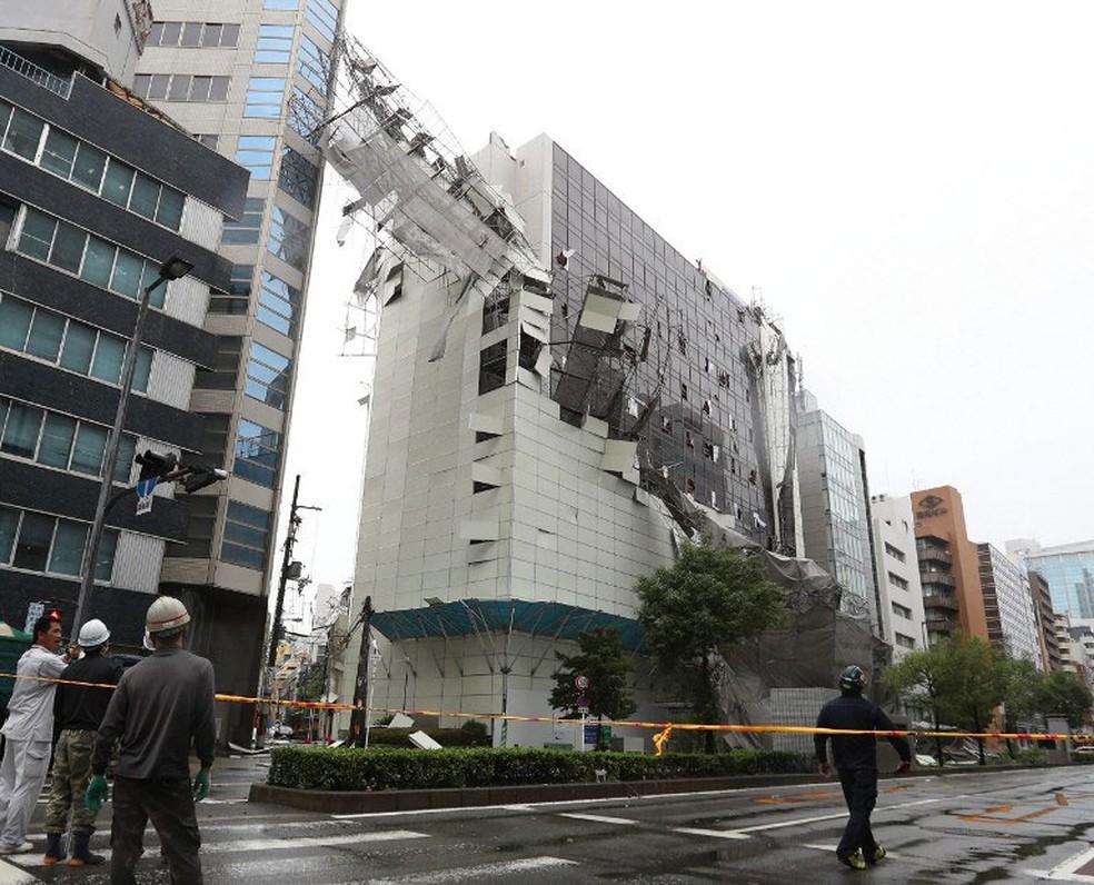 Queda de andaimes provocada pela passagem do Tufão Jebi provoca danos em Osaka, no Japão, nesta terça-feira (4)  (Foto: Jiji Press / AFP)