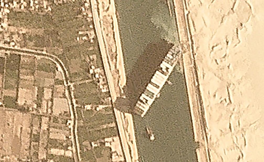 Imagem de satélite mostra o meganavio cargueiro Ever Given encalhado e bloquando a passagem no Canal de Suez, no Egito, em 25 de março de 2021 — Foto: Planet Labs Inc. via AP