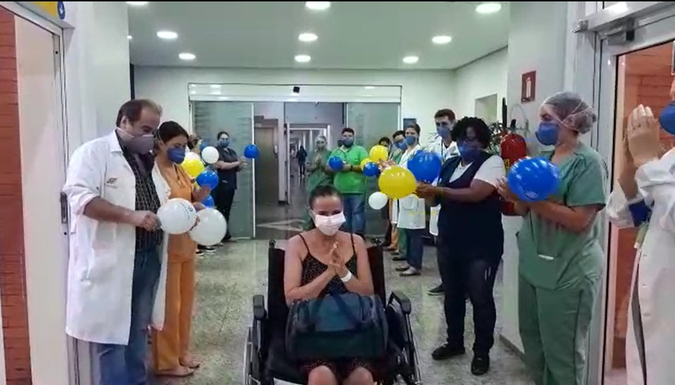 Recuperados do coronavírus, pacientes comemoram alta de hospital em Ribeirão Preto, SP