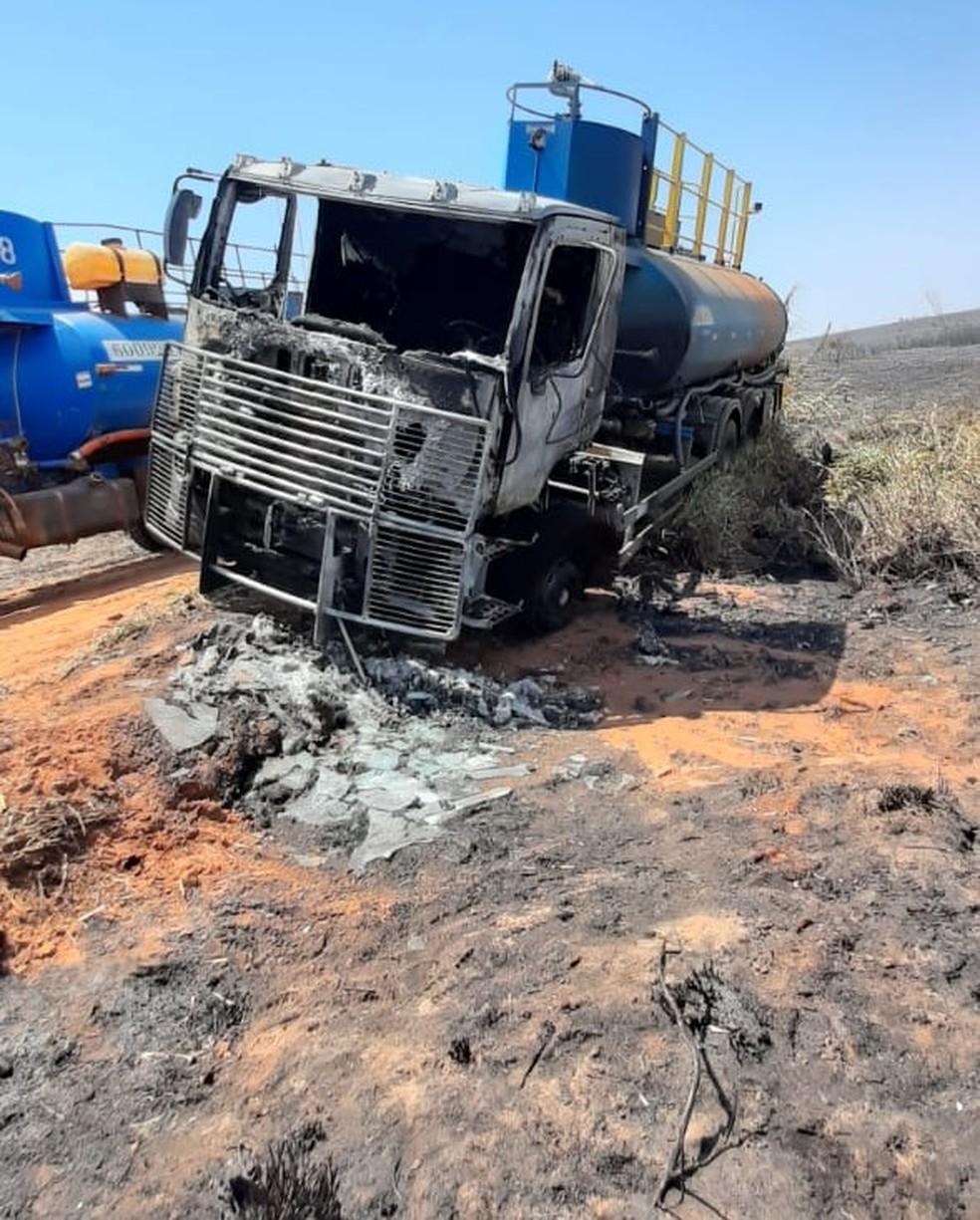 Caminhão de usina que ajudava no combate às chamas acabou sendo atingido e ficou destruído — Foto: Arquivo pessoal