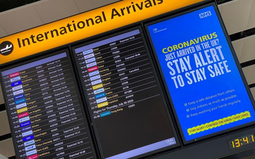 Painel de chegadas do aeroporto de Heathrow em foto de 25 de dezembro de 2020 — Foto: Toby Melville/Reuters/Arquivo