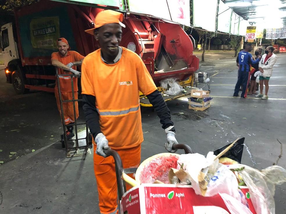 O coletor Leandro dos Santos Jesus se comove com as pessoas que cercam o lixo — Foto: Danilo Girundi/TV Globo