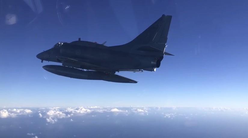 Vídeo mostra explosão de caça da Marinha do Brasil no RJ; piloto escapou - Notícias - Plantão Diário