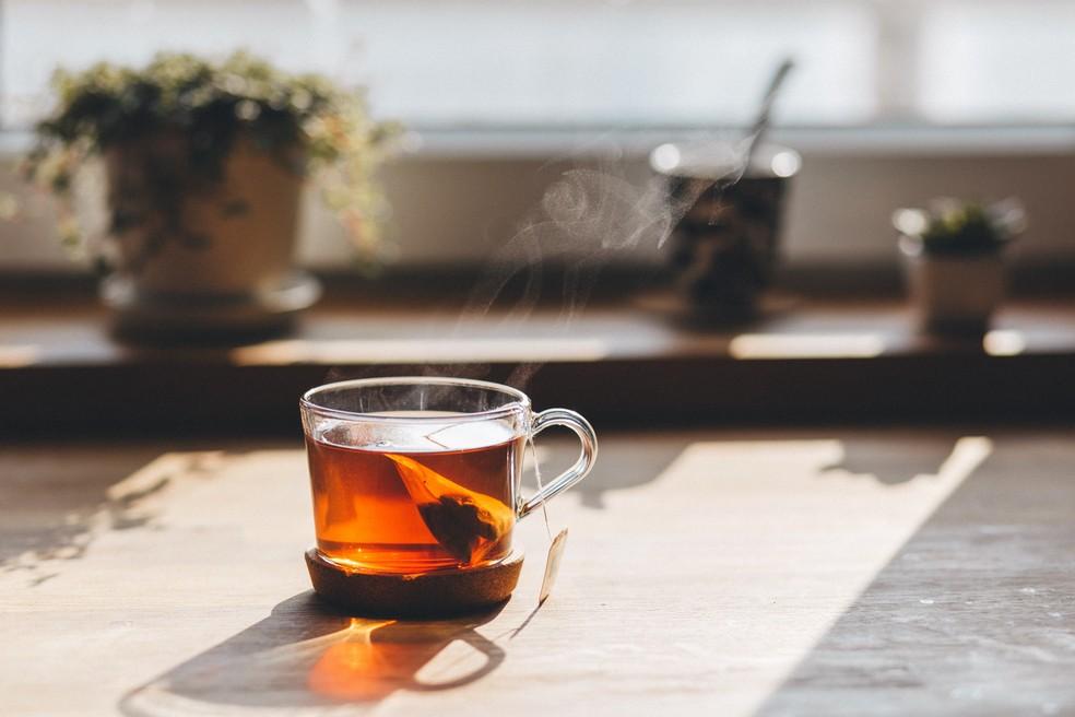 Chá de camomila possui efeito calmante e auxilia no embalo do sono — Foto: Divulgação