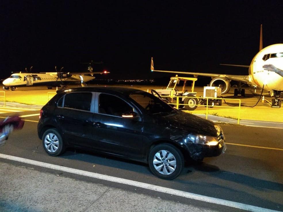 Veículo invadiu área interna do Aeroporto de Presidente Prudente — Foto: Polícia Militar/Cedida