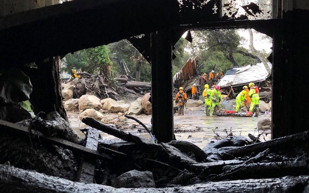 Equipes de emergência fazem buscas entre escombros de casas destruídas por deslizamento em Montecito, na Califórnia, na terça-feira (9) (Foto: Mike Eliason/Santa Barbara County Fire Department/Handout via Reuters)