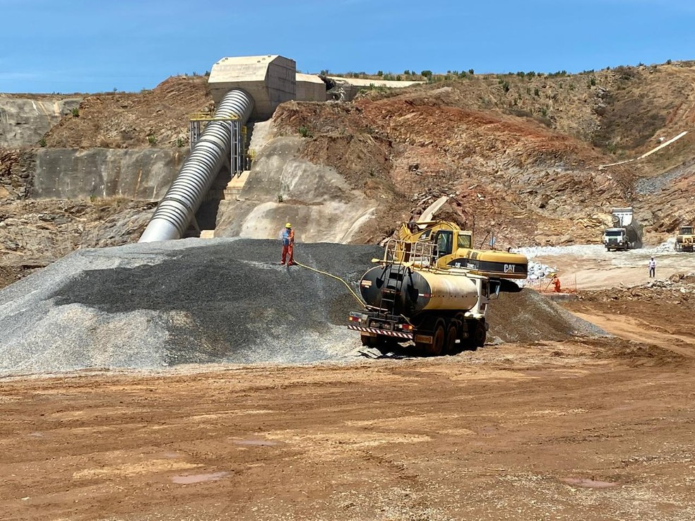 Obras de reparo em barragem seguem em andamento em Jati, no Ceará. — Foto: Edson Freitas