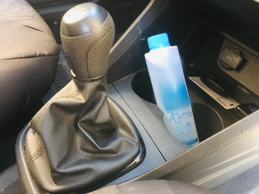 Álcool em gel não deve ser deixado no carro, alertam bombeiros — Foto: Graziela Rezende/G1 MS