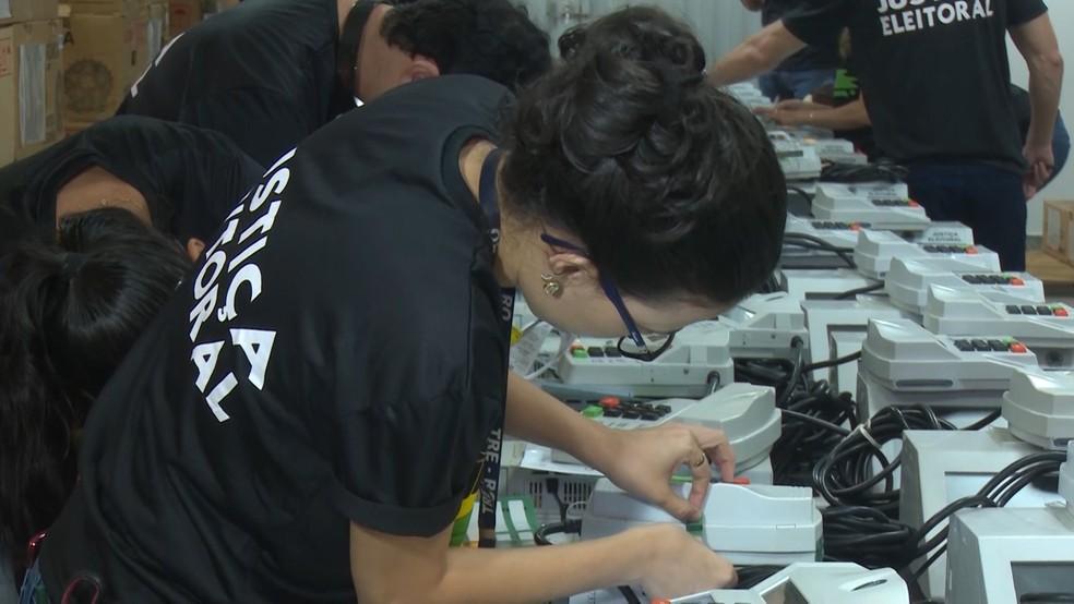 Testes também estão sendo feitos para que as urnas estejam em perfeito estado de funcionamento.  — Foto: Magda Oliveira/G1