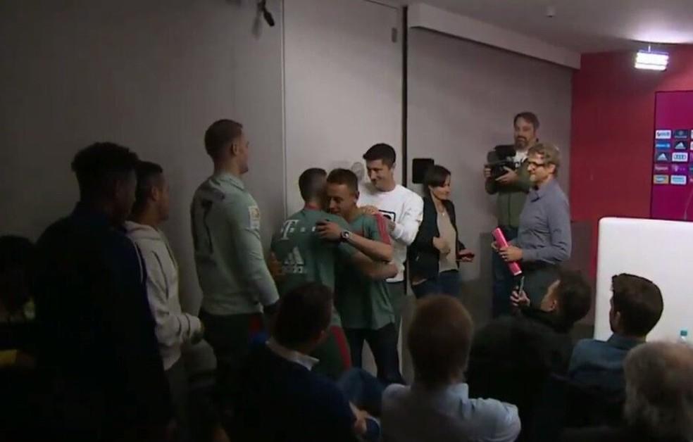 Rafinha recebe carinho de Lewandowski e Neuer — Foto: Bayern TV