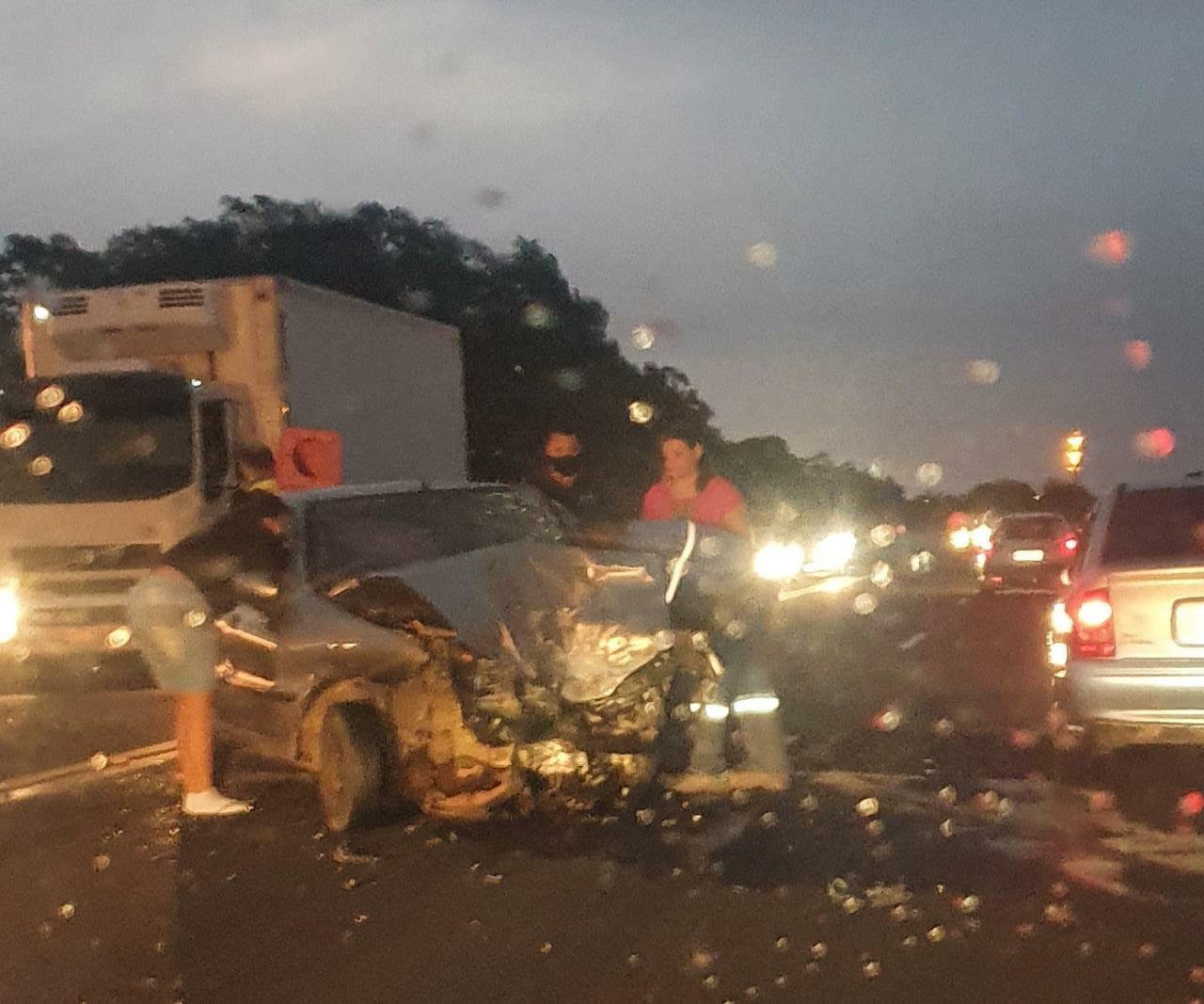 Acidente deixa pessoa presa às ferragens em rodovia de Marília