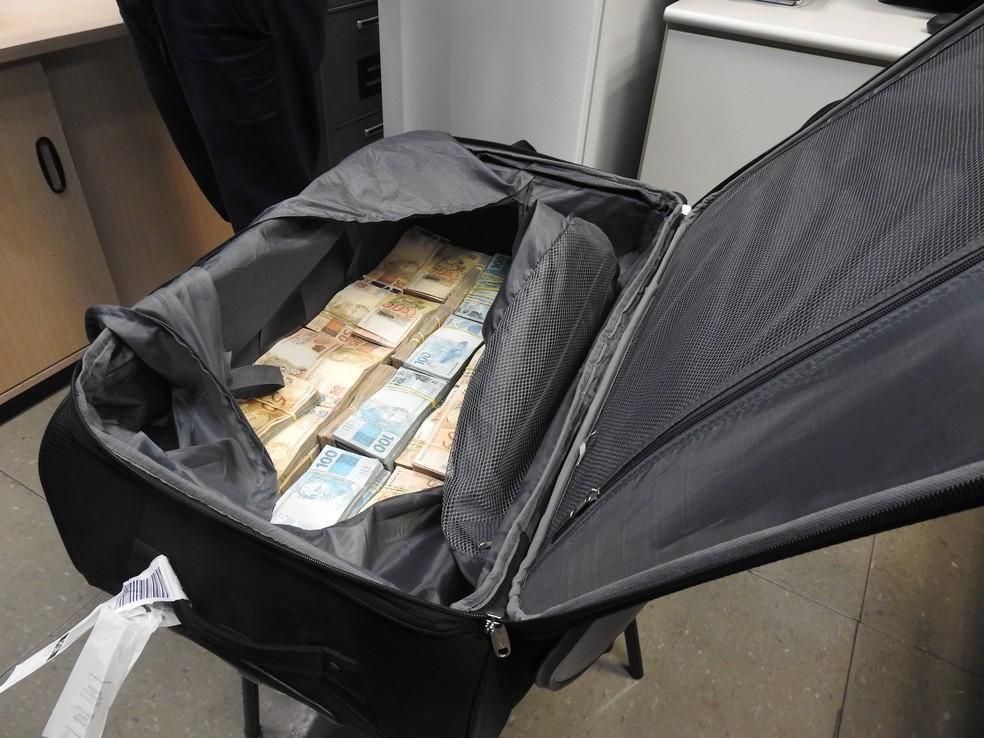 Mala com R$ 860 mil apreendida pela Polícia Federal no Aeroporto de Cumbica, em Guarulhos (Foto: Divulgação)