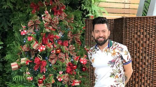 Peter Paiva ensina a decorar árvore de Natal com caixinhas, sachês aromatizados e laços