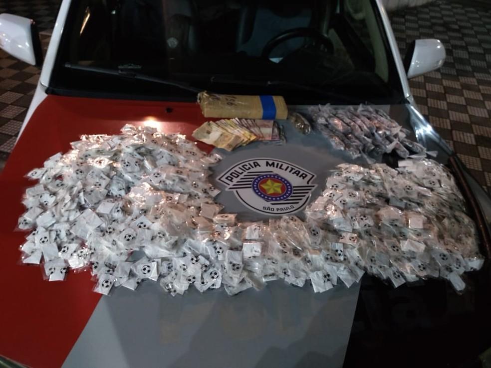 Homem é preso com mais de 2 mil porções de drogas prontas para distribuição em Jacareí — Foto: Divulgação/Polícia Militar