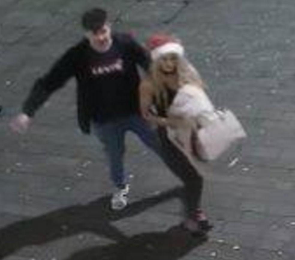 Mulher com gorro de Papai Noel furta capacete de policial no Reino Unido (Foto: Lincolnshire Police/Facebook)