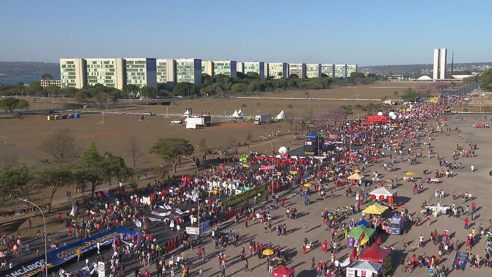 Manifestantes protestam em Brasília contra o presidente Jair Bolsonaro e a favor da vacinação contra Covid-19 — Foto: TV Globo/Reprodução