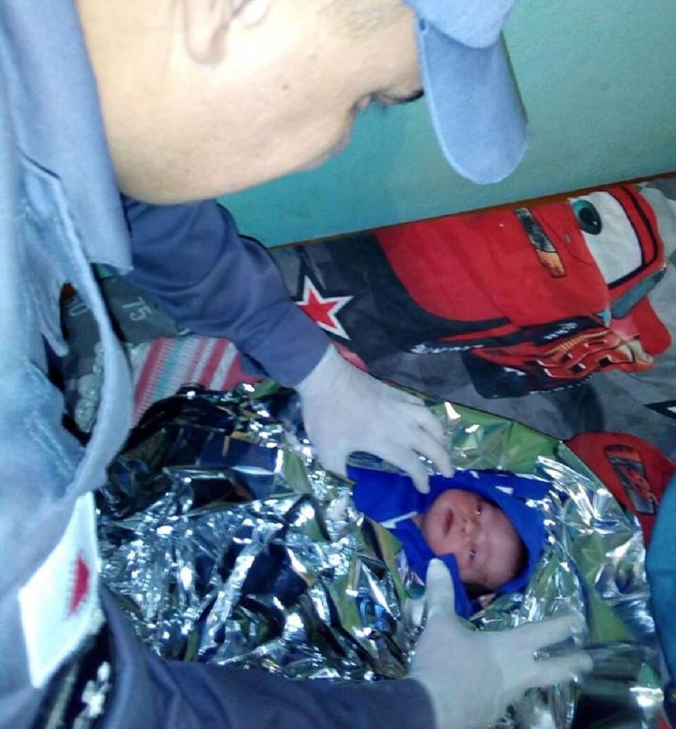 Bebê nasceu dentro de quarto em Araguari (Foto: Corpo de Bombeiros/ Divulgação)