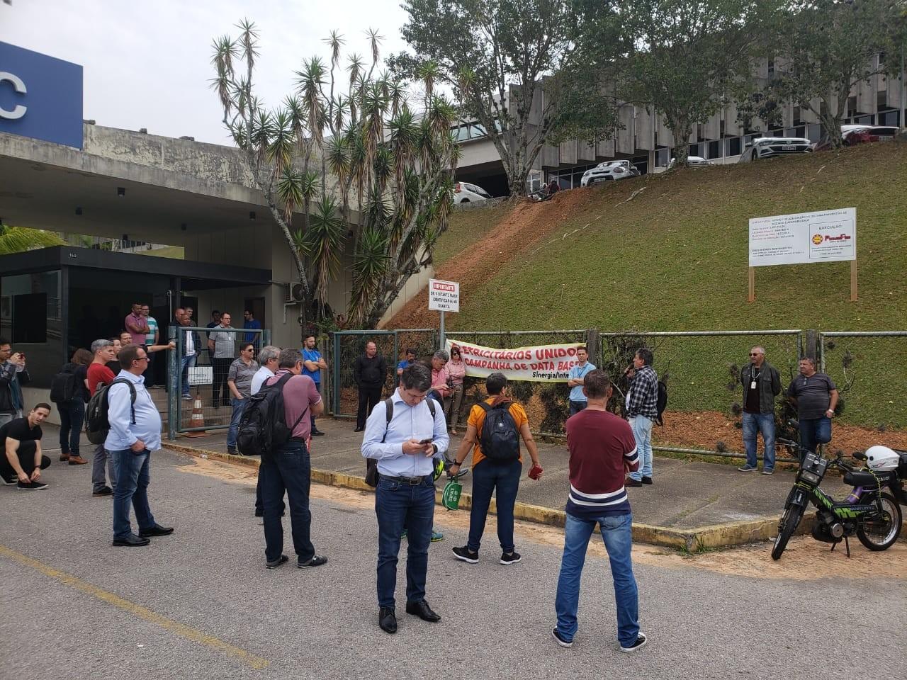 Trabalhadores da Celesc fazem paralisação e atendimento fica comprometido - Notícias - Plantão Diário