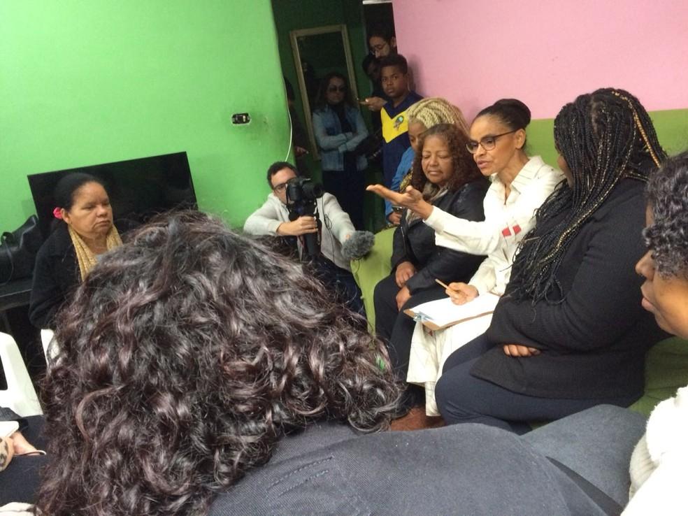 Moradoras do Capão Redondo relataram durante conversa com Marina Silva problemas para ter acesso a medicamentos e médicos nas UBSs e se queixaram de preconceito da polícia e do Judiciário contra negros (Foto: Renato Biazzi/TV Globo )