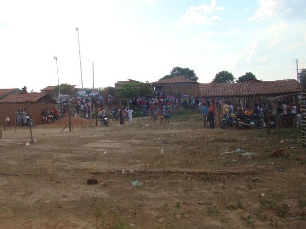 Multidão nos arredores de casa onde famílias esperavam o fim do mundo, em Teresina (Foto: Náyra Macêdo/Portal da Clube)