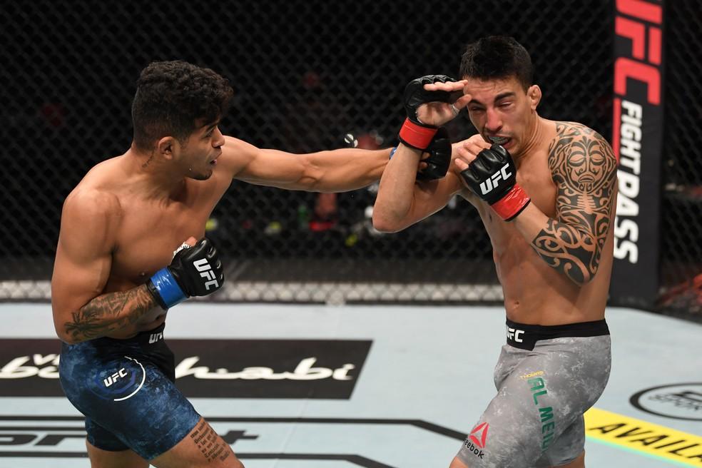 Jonathan Martinez golpeia Thomas Almeida no UFC Ortega x Zumbi Coreano — Foto: Getty Images
