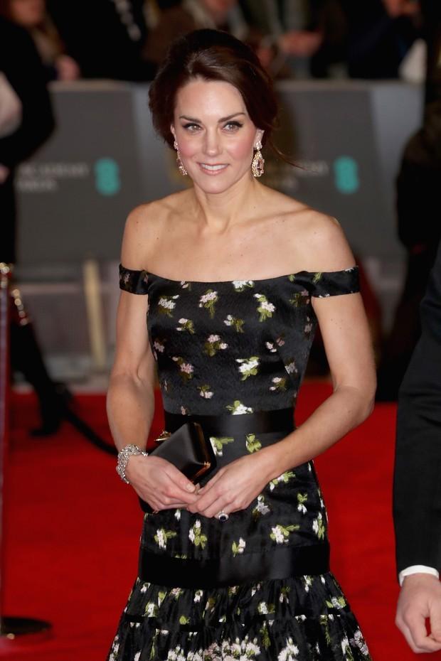 Kate Middleton e o longo Alexander McQueen no Bafta em 2017. (Foto: Getty Images)