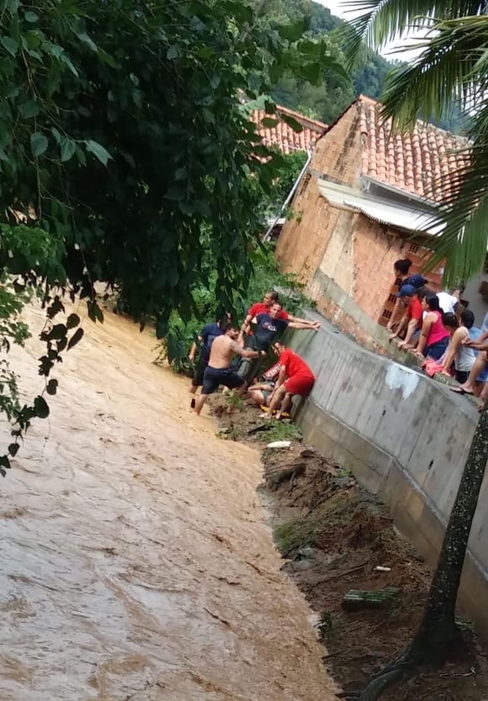 Bombeiros resgatam idosa que caiu em córrego em São Ludgero nesta quinta-feira (20) — Foto: Corpo de Bombeiros/Divulgação