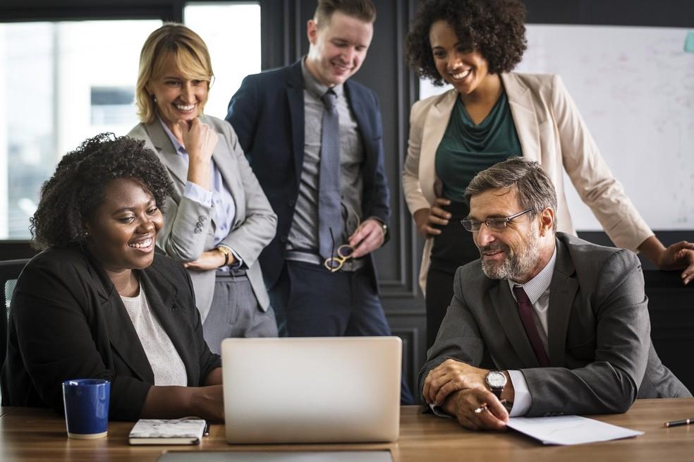 Profissionais sêniores são valorizados pelas empresas nos ambientes de trabalho — Foto: Imagem de rawpixel por Pixabay