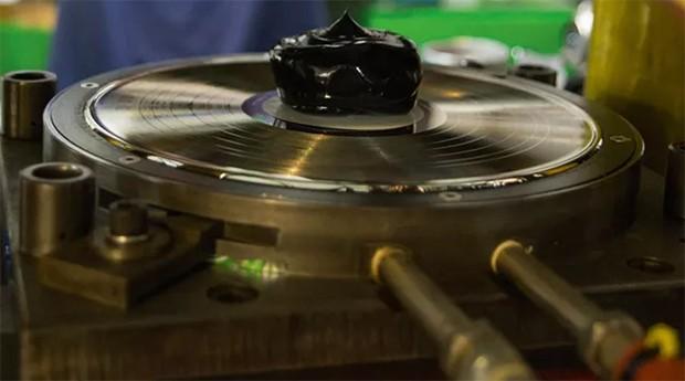 Cultura de massa. Porção de acetato prestes a ganhar as ranhuras e os acordes de um LP, na fábrica da Vinil Brasil (Foto: Divulgação )