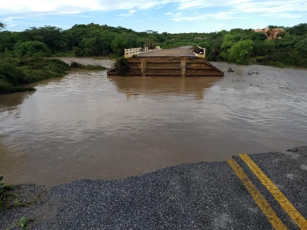 Rio São Miguel encheu após chuvas, destruiu cabeceira da ponte da RN-041 e interditou a rodovia em Santana do Matos — Foto: Defesa Civil de Santana do Matos