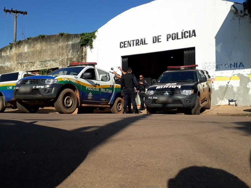 -  O suspeito e a adolescente foram encaminhados à Central de Polícia  Foto: Pedro Bentes/ G1