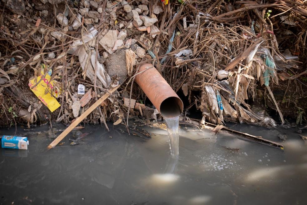 Cano de esgoto deposita dejetos diretamente no Riacho Água Podre, na Zona Oeste de São Paulo — Foto: Celso Tavares/G1