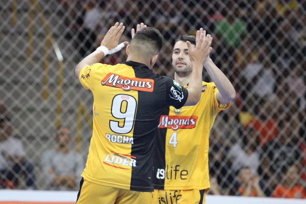 Rocha comemora com Neto (Foto: Divulgação/Magnus Futsal)