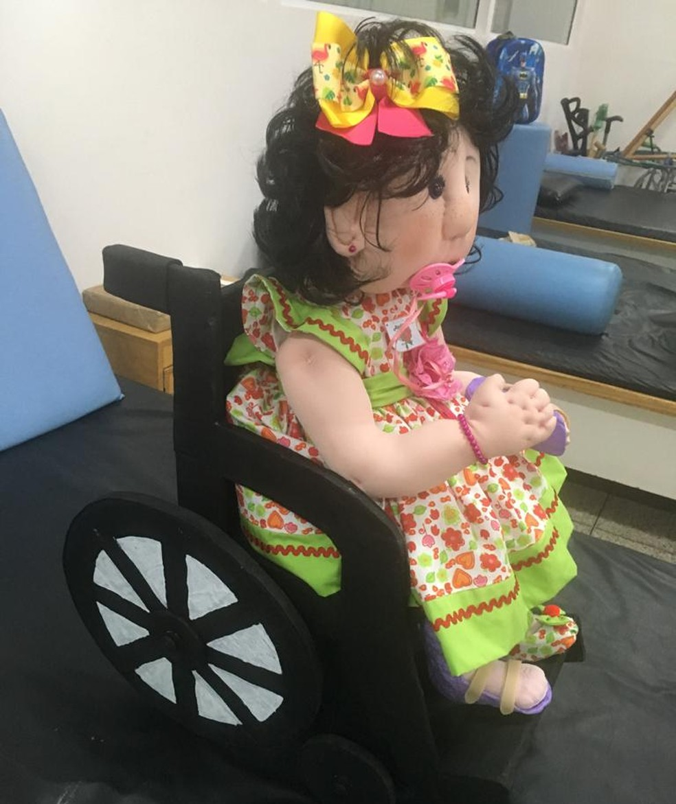 Tiquinha, a boneca que animou os pacientes do Ceir na manhã desta quinta-feira — Foto: Ascom Ceir