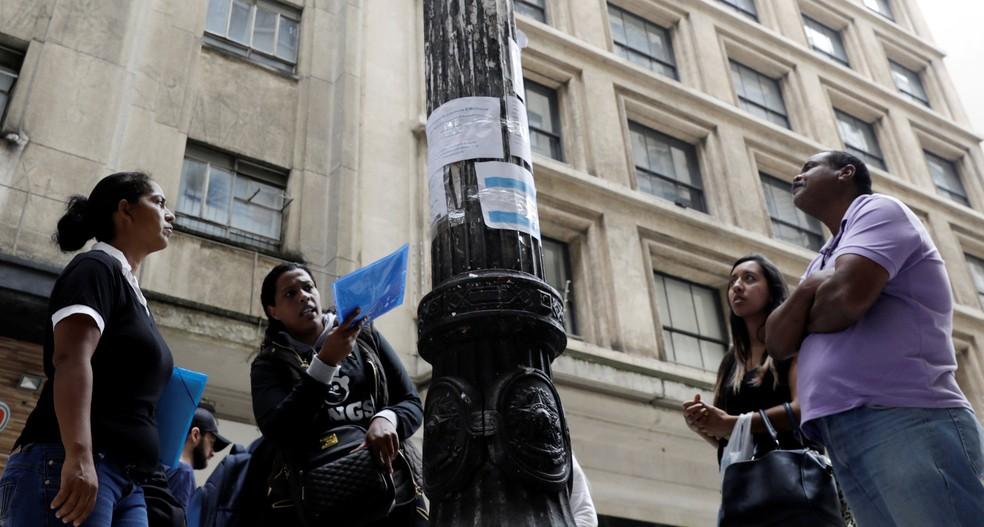 Desempregados procuram vagas em cartazes no centro de São Paulo (Foto: Paulo Whitaker/Reuters)