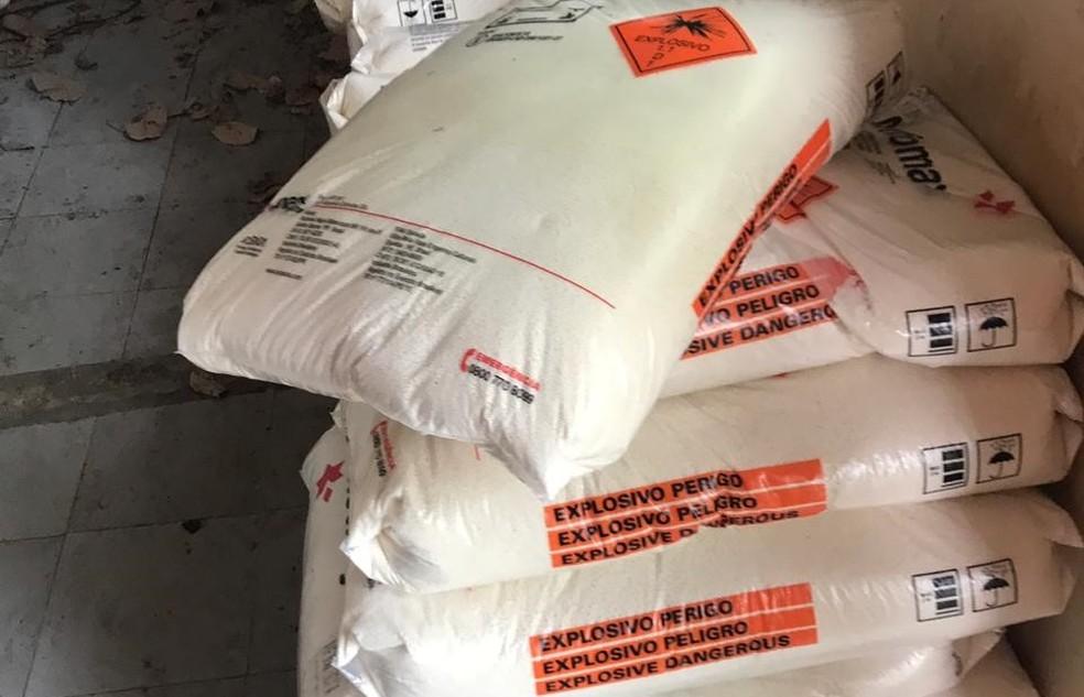 """Carga tem símbolo de """"explosivo"""" e o alerta de perigo na embalagem — Foto: Polícia Civil/Divulgação"""
