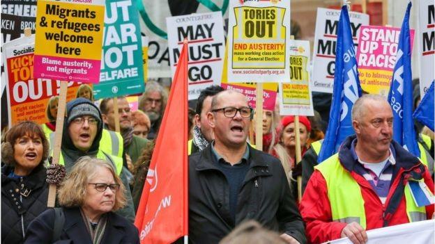 Manifestantes protestam em Londres pelo fim das medidas de austeridade que acreditam afetar suas oportunidades econômicas (Foto: SOPA IMAGES)