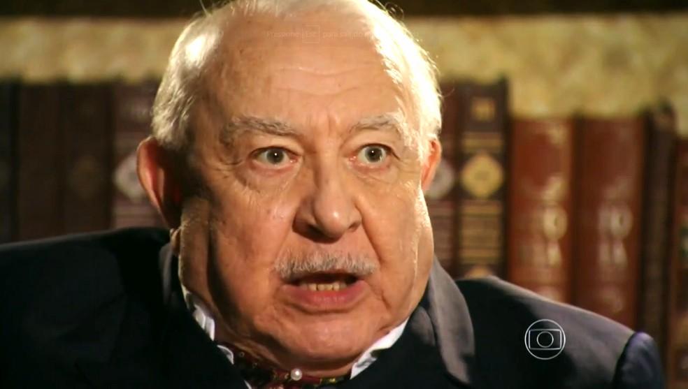 Dionísio (Sérgio Mamberti) dá a entender que pode mandar matar Hélio (Raphael Vianna) - 'Flor do Caribe' — Foto: Globo