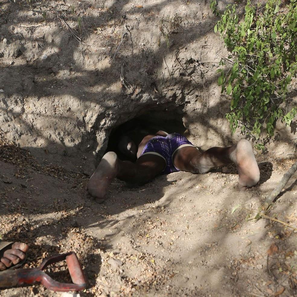 Hadzas como Zigwadzee entram dentro de buracos e tocas para caçar animais como porcos-espinhos (Foto: JEFF LEACH/DIVULGAÇÃO)
