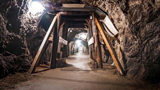 A mina mais profunda do mundo tem 4 km de profundidade. Os diamantes descobertos pelos geólogos estão a 160km abaixo da Terra (Foto: Getty Images via BBC)