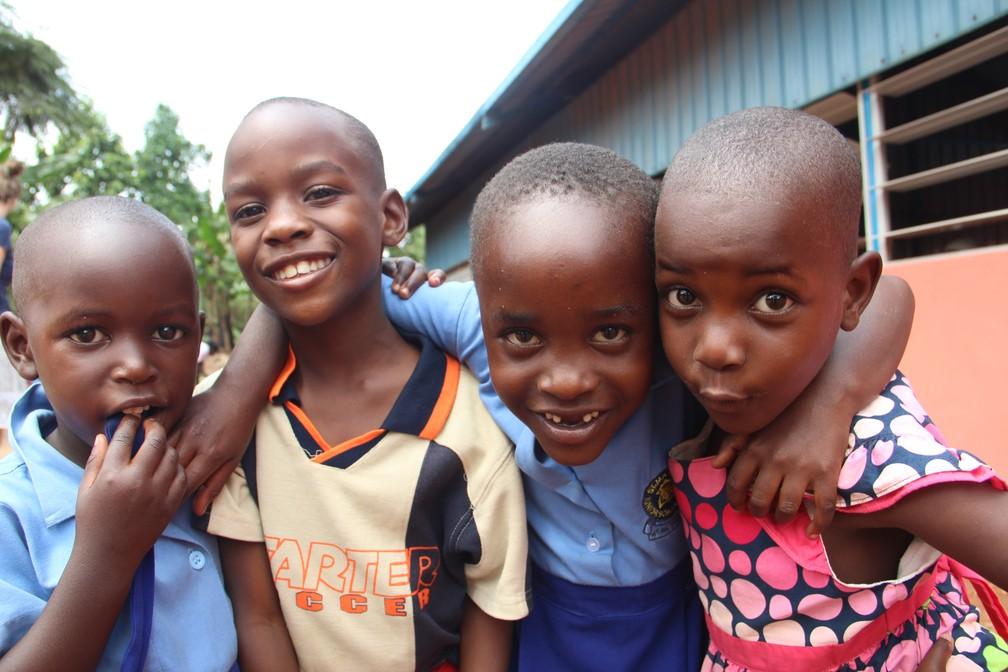 Crianças estudam em escola com salas apertadas e sem estrutura. (Foto: Escola em Uganda)