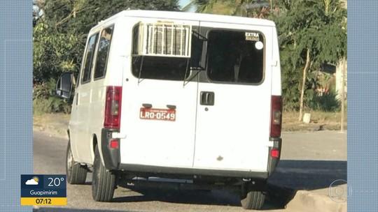 Van é flagrada na Zona Oeste do Rio com ar condicionado doméstico instalado em uma janela